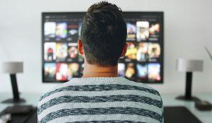 Mann schaut IPTV